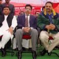 उत्तर प्रदेश के युवा मुख्यमंत्री अखिलेश यादव राज्य के बाहुवली नेता मुख्तार अंसारी और अभय सिंह के साथ