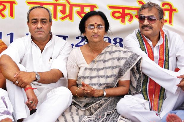 बिखराव (बाएं से) एक आयोजन में संजय ससंह, रीता बहुगुणा जोशी और प्रमोद सतवारी