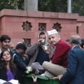 दिल्ली के खिड़की एक्टेंशन मामले में आरोपित पुलिसकर्मियों के खिलाफ कार्रवाई की मांग को लेकर धरने पर बैठे मुख्यमंत्री अरविंद केजरीवाल. फोटो: विकास कुमार