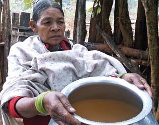 जंबईबुरू की सुकुरमुनी नदी का गंदा पानी देखाते हुए जो वे खाने-पीने में उपयोग करती हैं