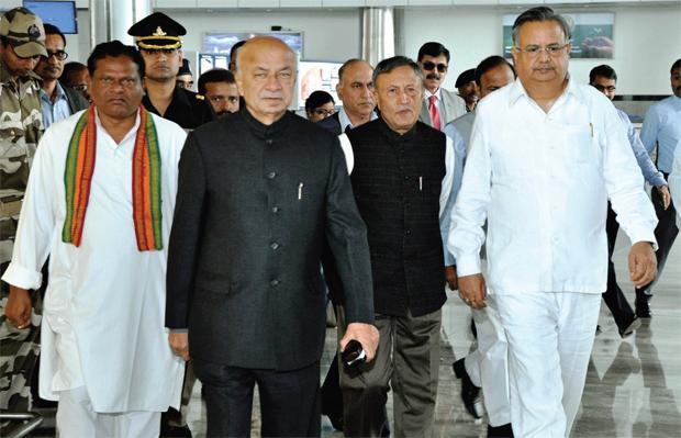 मुख्यमंत्री रमन सिंह और केंद्रीय गृहमंत्री सुशील कुमार शिंदे सुरक्षा अधिकारियों के साथ; फोटोः संतोष पांडे