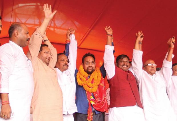 अर्जुन मुंडा और दूसरे नेताओं के साथ विघतवरण महतो.