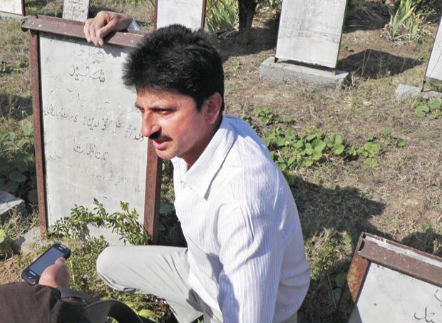 सफरोज अहमद का भाई अली मोहम्मद जेकेएलएफ का सदस्य था जिसकी हिजबुल मुजाहिद्दीन के लोगों ने 1993 में हत्या कर दी थी