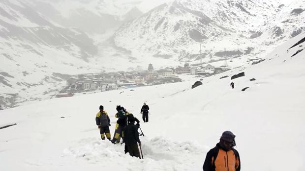 भारी बर्फबारी के बीच केदारनाथ के लिए रास्ता बनाने की जदोजहद जारी है.