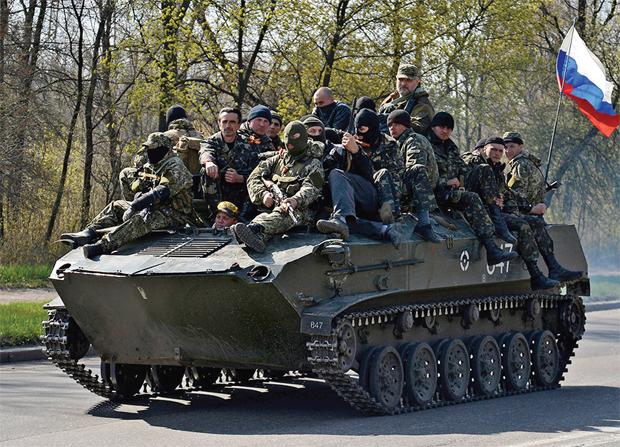 टकराव पूवीर् यूक्रेन में एक टैंक पर रूस का झंडा लहराकर गश्त करते रूस समथर्क,