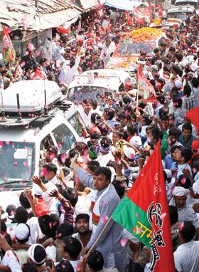 जोरदार अभिनंदन मुलायम धिंह के नामांकन के बाद आजमगढ़ में धनकला रोडशो