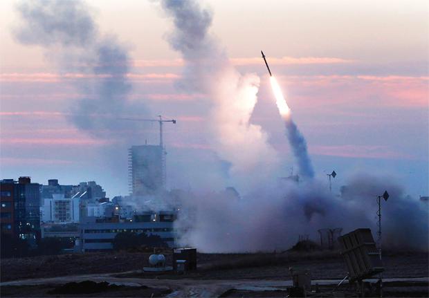 कहा जा रहा है कि भारत इजरायल की मिसाइल  प्रतिरोधी प्रणाली 'आयरन डोम' खरीदने में दिलचस्पी दिखा रहा है.