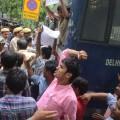 उग्र यूपीएससी केखिलाफ खिल्ली में प्रिशर्न करते और खिरफ्तारी िेते छात्र