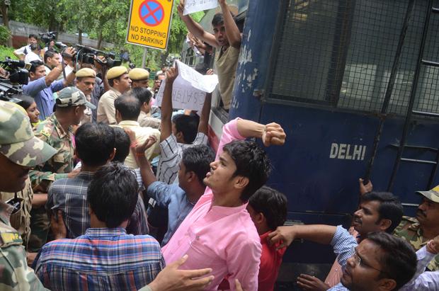 यूपीएससी के खिलाफ दिल्ली में प्रदर्शन  करते और खिरफ्तारी देते छात्र. फोटो: राहुल गुप्ता.