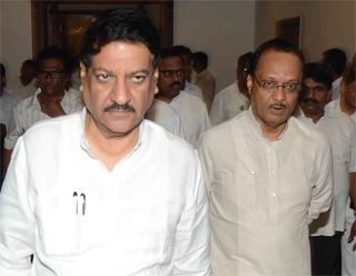 महाराष्ट्र के मुख्यमंत्री पृथ्वीराज चव्हाण और एनसीपी नेता व उपमुख्यमंत्री अजित पवार (दायें)