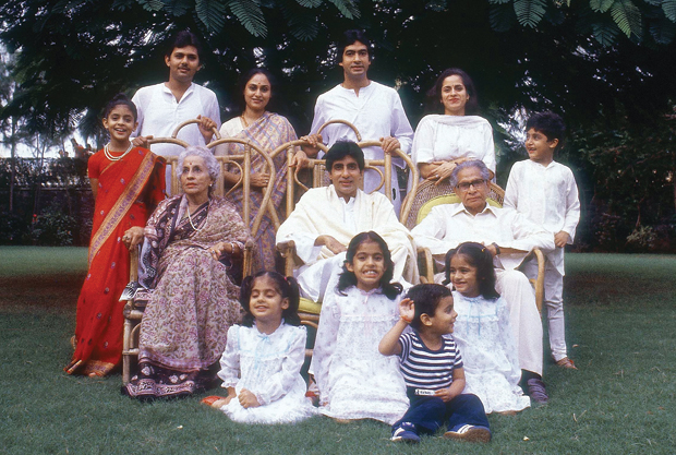अमिताभ अपने मां-बाबूजी और परिवार के सदस्यों के साथ