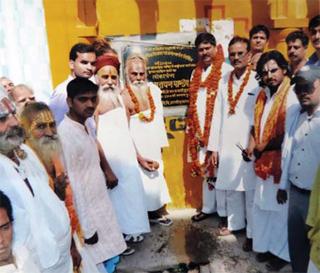 धर्म का आसरा सपा नेता पवन पांडे एक धार्मिक कार्यक्रम में शिलान्यास करते हुए