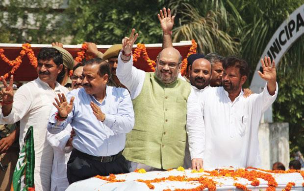 भाजपा अध्यक्ष अमित शाह कश्मीर में अपनी पार्टी के नेताओं के साथ, फोटोः मीर इमरान