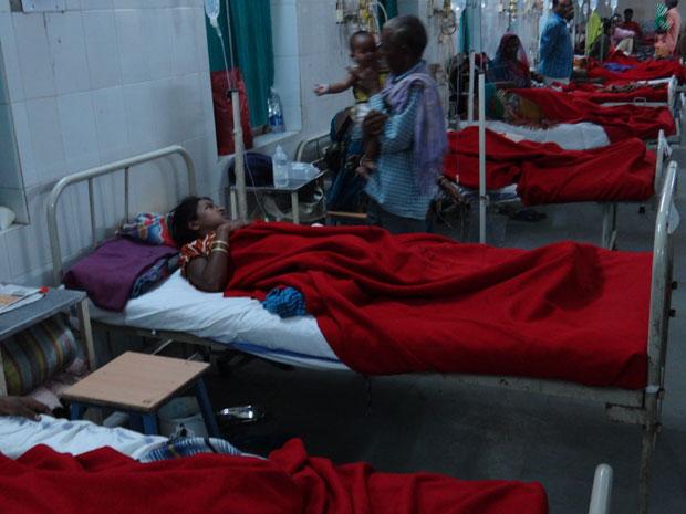 नसबंदी के बाद तबीयत खराब होने वाली महिलाओं का बिलासपुर के अस्पताल में इलाज चल रहा है. फोटो: विनय शर्मा