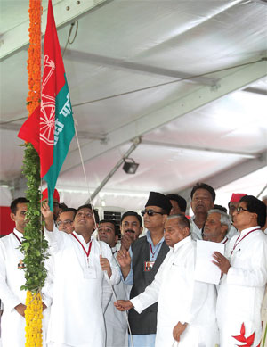 अपनी परंपरागत राजनीति के लिए प्रसिद्ध मुलायम सिंह यादव फिलहाल बेटे अखिलेश यादव को छूट देने को तैयार दिखते हैं