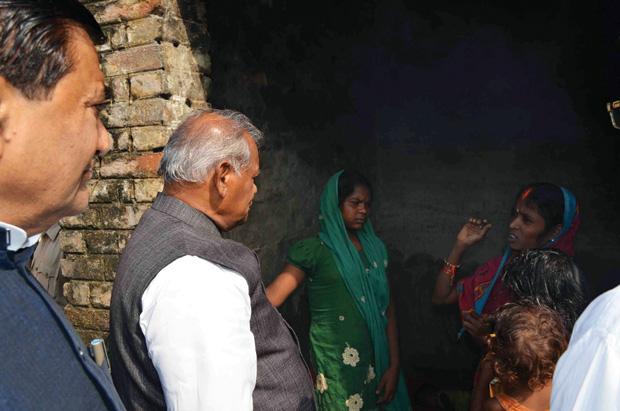 मुख्यमंत्री जीतन राम मांझी पूर्वी चंपारण के रघुनाथपुर बड़गंगा के एक महादलित टोले मेंं. फोटो: सुजीत