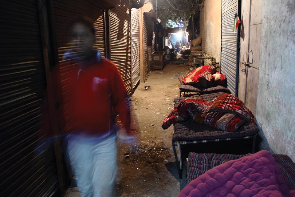 एक रात के लिए चारपाई के साथ रजाई का किराया 30 रुपये से 50 रुपये तक लिया जाता है. जिन इलाकों में सुबह 6 बजे जगा दिया जाता है, वहां 30 रुपये बतौर किराया लिया जाता है और जहां 7 से 7.30 बजे तक सोने दिया जाता है, वहां 50 रुपये लिया जाता है. अमूमन रात में 10 से 11 बजे के बीच ग्राहकों को सुलाया जाता है.