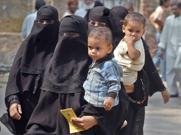 मुसलमानों के कपछड़ेपनको दूर करने की तरफ ध्यान कदया जाए, तो उनकी प्रजनन दर में कमी लाई जा सकती है