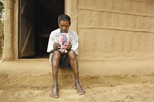 शोकमग्न : सुमन नागसिया के पिता महानंद, सुमन की मौत हो चुकी है