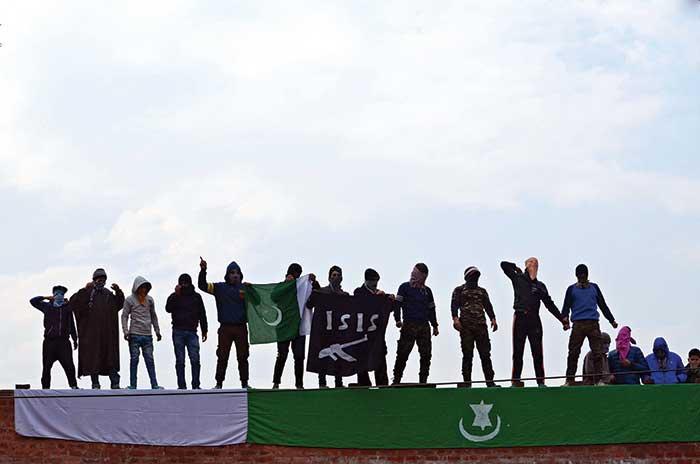क्या घाटी में आईएस के झंडे लहराना आतंक की नई आहट है?