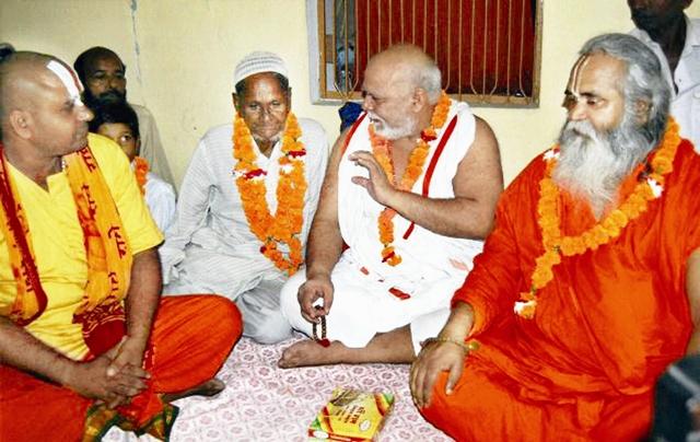 सद्भाव : फैजाबाद में हिंदू धर्मगुरुओं के साथ हाशिम अंसारी  (फाइल फोटो)