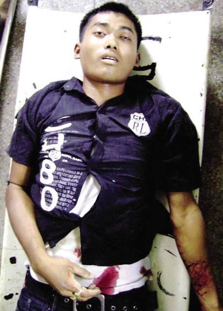 जुलाई 2009 में पीपुल्स लिबरेशन आर्मी के एक पूर्व आतंकी चोंग्खम संजीत मेइतेई को मणिपुर पुलिस के हेड कांस्टेबल हेरोजित सिंह ने मुठभेड़ में मार गिराने का दावा किया था. उस समय तहलका ने कुछ तस्वीरों के जरिए इस मुठभेड़ की विश्वसनीयता पर सवाल उठाए थे. हाल में आई एक अंग्रेजी दैनिक की रिपाेर्ट के मुताबिक हेरोजित ने माना कि यह मुठभेड़ नहीं थी बल्कि उन्होंने अपने वरिष्ठ अधिकारी के कहने पर संजीत को मारा था