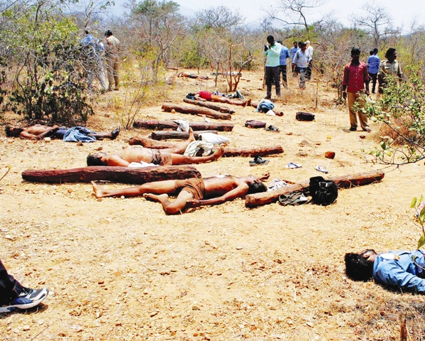 आंध्र प्रदेश के सेशाचालम जंगल में एसटीएफ द्वारा मारे गए कथित चंदन तस्करों के शव (फाइल फोटो)