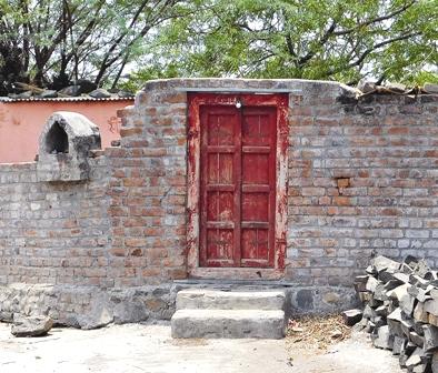 बंद दरवाजा बीड जिले की वडवनी तहसील की पांच हजार की आबादी वाला उपली गांव अब वीरान नजर आता है. स्थानीय लोगों के मुताबिक इस गांव के 300 परिवार अपना घर-बार छोड़कर शहर पलायन कर चुके हैं. फोटो : प्रतीक गोयल
