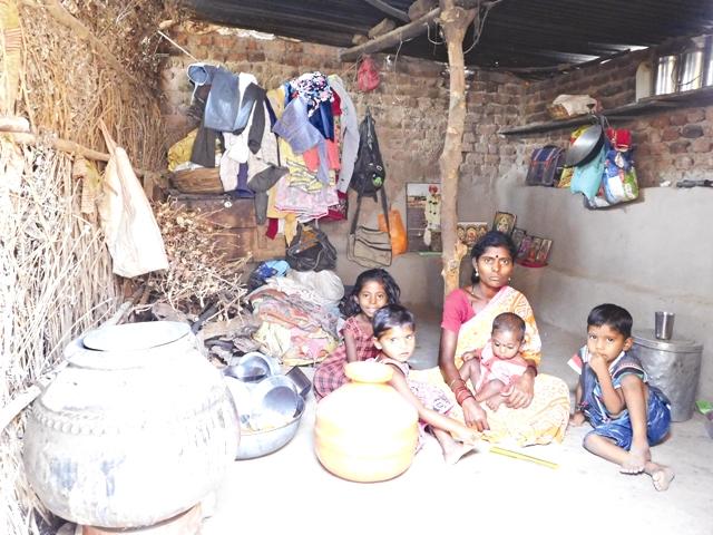 पुरसा गांव में रहने वाली रुक्मिणी गलफड़े के परिवार को खाने के भी लाले पड़े हैं. उनके पति एक मैरिज बैंड में काम करते हैं और उनकी कमाई 150 रुपये प्रतिदिन है. फोटो : प्रतीक गोयल