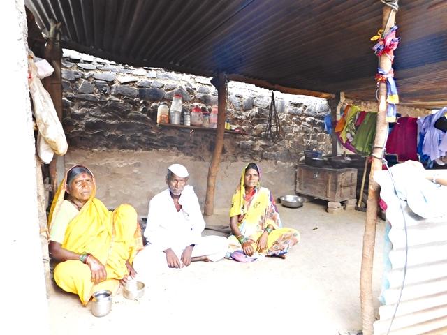 70 वर्षीय जयराम इचके अपने परिवार सहित काम की तलाश में पुणे जा रहे हैं. उनकी माली हालत इतनी खराब है कि कुछ दिन पहले उनके पास शक्कर तक खरीदने के पैसे नहीं थे. उनकी बीमार बेटी के लिए दवाई तक का इंतजाम वे नहीं कर पा रहे थे. इचके को शक्कर और दवाई का इंतजाम करने के लिए घर में रखा पलंग और एक पुराना टेलीविजन बेचना पड़ा. फोटो : प्रतीक गोयल