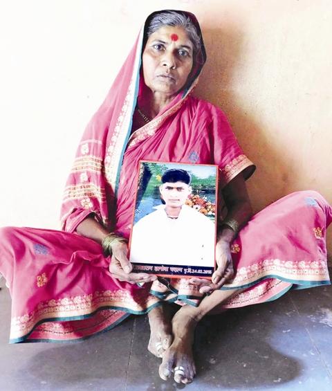 गेवराई तहसील के जातेगांव की रहने वाली जनाबाई चह्वाण की आंखें आज भी अपने बेटे का जिक्र आने के साथ नम हो जाती हैं. उनके 23 वर्षीय बेटे सखाराम चह्वाण ने 15 महीने पहले जहर पीकर अपनी जान दे दी थी. सखाराम ने खेत में कुआं बनाने के लिए तीन लाख रुपये का कर्ज लिया था जिसे वे चुका नहीं पाए थे. फोटो : प्रतीक गोयल