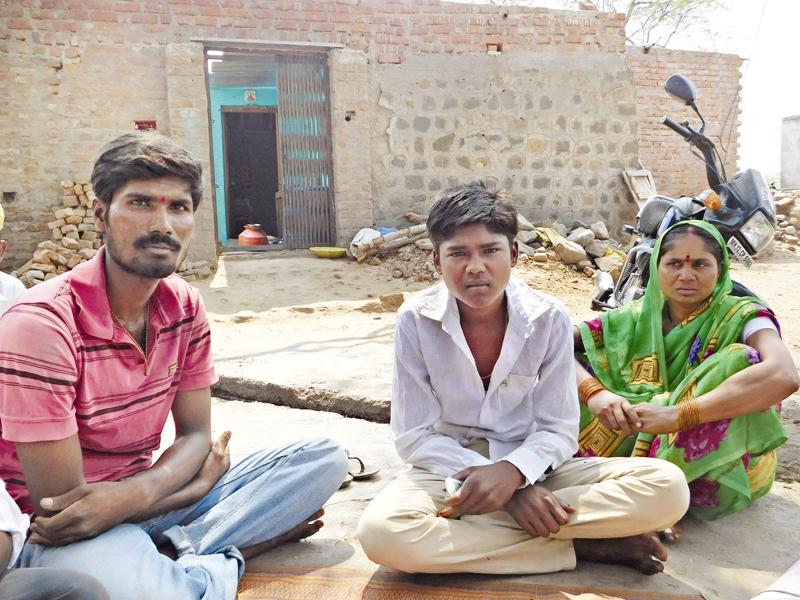 बीड के कारी गांव के रहने वाले विजय कसबे को कर्नाटक में एक महीना बंधक बनाकर रखा गया था. विजय ने बताया कि मुकादम ने उन्हें और उनकी पत्नी को छह महीने तक काम करने के लिए 50,000 रुपये दिए थे. काम तीन महीनों में ही खत्म हो गया, जिसके बाद मुकादम उन पर तीन महीनों का बकाया पैसा लौटाने के लिए दबाव बनाने लगा और फिर एक महीने तक उन्हें बंधक बनाकर रखा. फोटो : प्रतीक गोयल