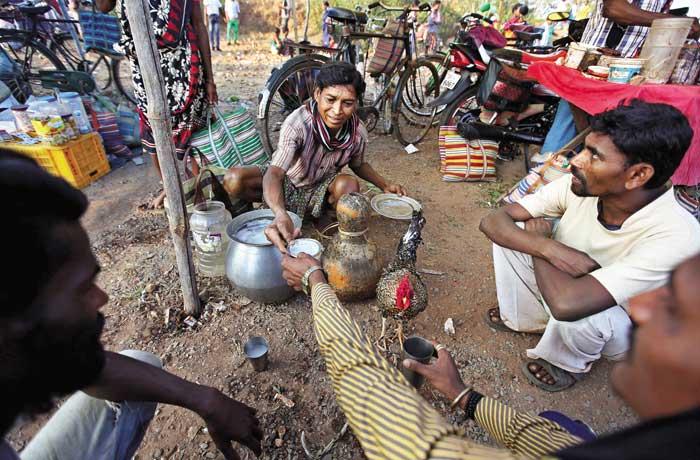 मुर्गा लड़ाई के दौरान दर्शकों के लिए महुआ से बनी शराब का भी इंतजाम रहता हैै