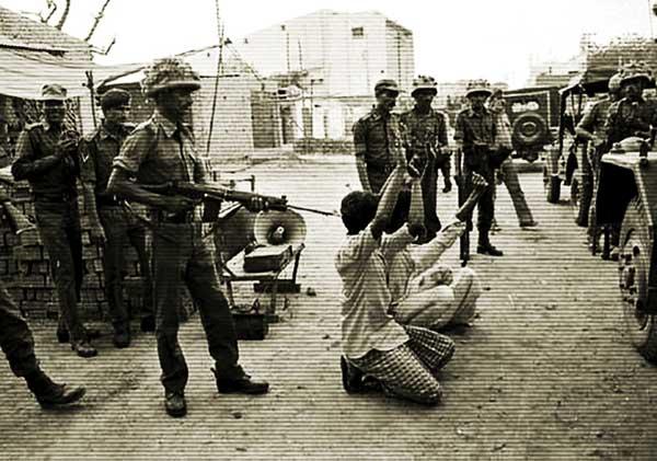 हाशिमपुरा नरसंहार 1987 में पीएसी के सामने समर्पण कर रहे हाशिमपुरा के निवासी.