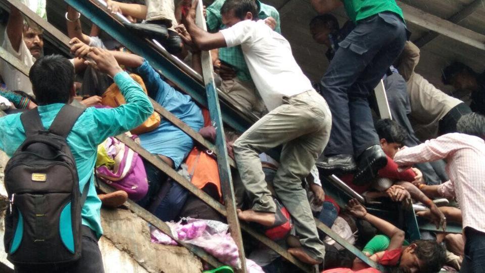 मुंबई के परेल पुल पर हुआ हादसा छाई रही राजनीति?